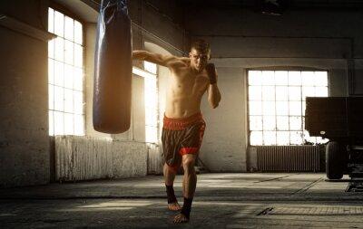 Картина Молодой человек бокс тренировки в старом здании