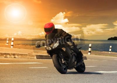 Картина Молодой человек, езда большой мотоцикл мотоцикл против резкое изгиб асфальт дороги высокие дороги с сельской сцены озера использовать для мужской приключенческой деятельности и автоспорт хобби на праз