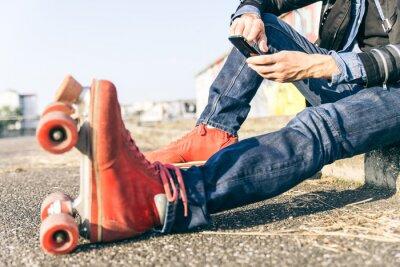 Картина Молодой скейтер с смарт-телефон