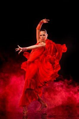 Картина Молодая женщина, танцевать латино на темном дымном фоне