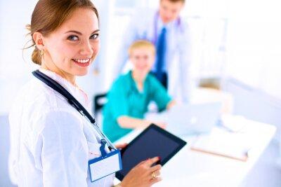 Картина Молодая женщина-врач проведение планшетный ПК