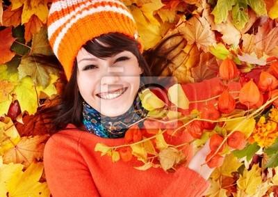 Молодая женщина в осенние листья оранжевый.