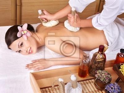 Молодая женщина на массажный стол в спа красоты.