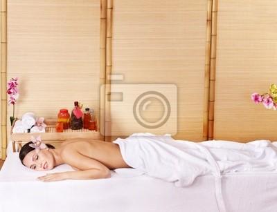 Молодая женщина на массажный стол в спа красоты. Серия.
