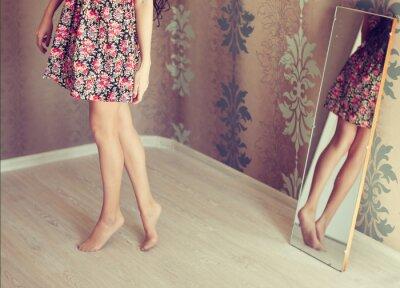 Картина молодая женщина превращается в зеркало