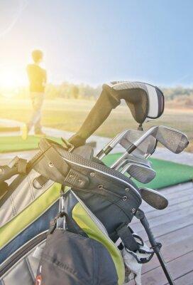 Картина молодежь практикует гольф