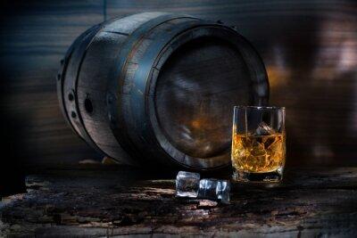 Фотообои Стакан виски со льдом на фоне баррель