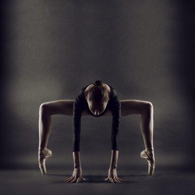 Фотообои Портрет молодой женщины красивая гимнастка