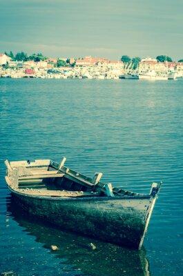 Фотообои отказались от деревянной лодке