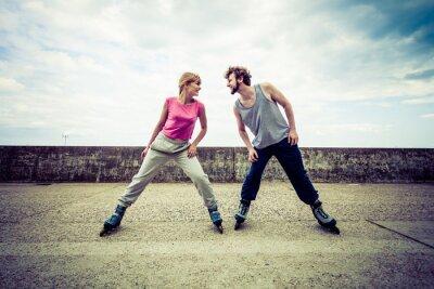 Фотообои Активные молодые люди друзья на роликовых коньках.
