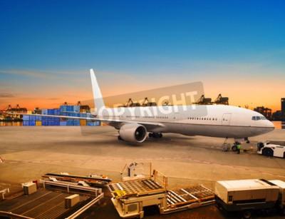 Фотообои воздушных перевозок и грузовой самолет погрузка товаров в торговых контейнеров аэропорта использование стоянка для судоходства и воздушного транспорта логистической отрасли