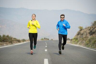 Фотообои привлекательный вид спорта пара мужчина и женщина, работающие вместе на заасфальтированной дороге горный пейзаж