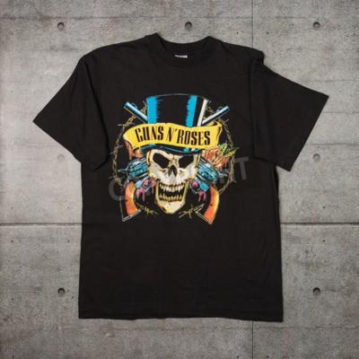 Фотообои AVEIRO, PORTUGAL - 20 ИЮЛЯ 2016 года: футболка Guns n 'Roses. Guns N 'Roses - это самые продаваемые в мире группы всех времен.