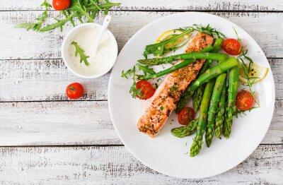Фотообои Запеченный лосось с гарниром из спаржи и помидоров с зеленью. Вид сверху