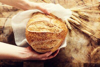 Фотообои Бейкер держит буханку хлеба на деревенском bacgkround