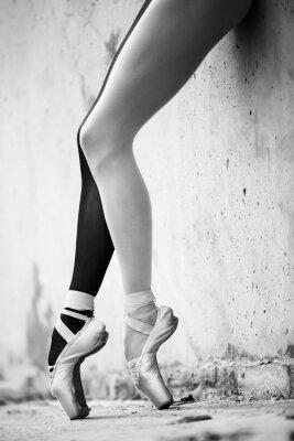 Фотообои Балерина ноги крупным планом на фоне текстурированной бетона Wal