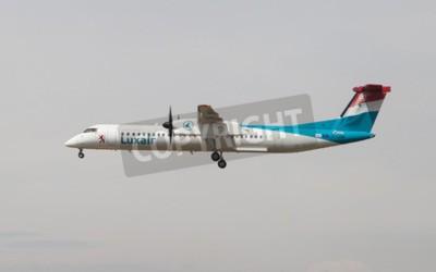 Фотообои Барселона, Испания - 18 апреля 2015: Luxair Бомбардье Дэш 8 приближается к Эль-Прат в Барселоне, Испания.