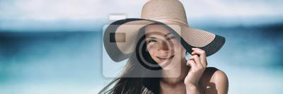 Фотообои Пляж загорать уход за кожей Азиатские красоты женщина счастлива на пляжный отдых панорамный баннер носить шляпу от солнца. Концепция ухода за кожей здорового загара с шляпой.