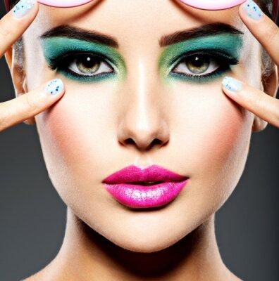Фотообои Красивое лицо женщины с зеленым ярким макияжем глаз