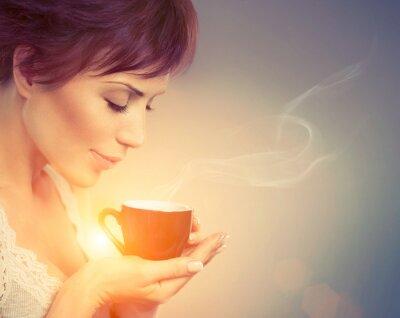 Фотообои Красивая девушка, наслаждаясь кофе. Женщина с чашкой горячего напитки