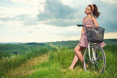 Фотообои красивая девушка с марочное велосипедов на открытом воздухе, Тоскана летнее время