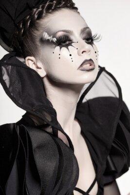 Фотообои красивая модель позирует как шахматная королева - фэнтези макияж