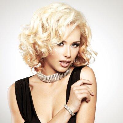 Фотообои Красивая белая женщина с фигурной стрижки