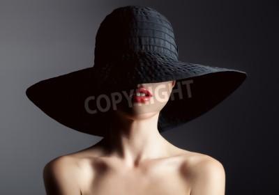 Фотообои Красивая женщина в шляпе. Ретро-мода. Темный фон.