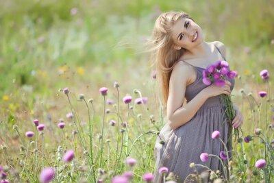 Фотообои Красивая женщина с букетом в поле цветов