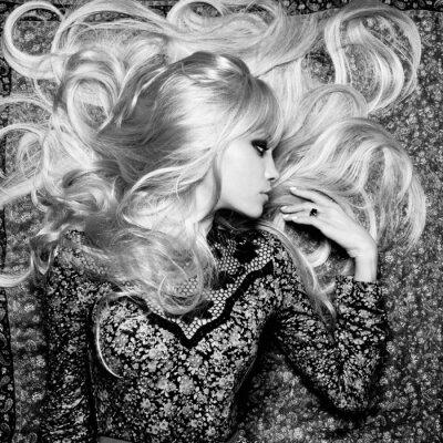 Фотообои Красивая женщина с пышными волосами