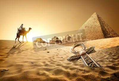 Фотообои Бедуинов на верблюдах возле пирамид и анх в пустыне