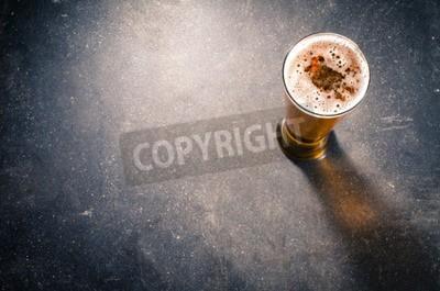 Фотообои Пиво стекла на темном столе