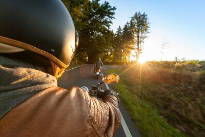 Фотообои Байкер езда мотоциклов в солнечное утро