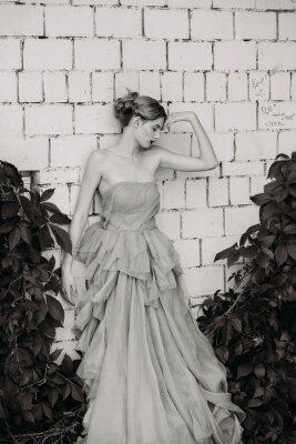 Фотообои Черно-белые фотографии моды красивая девушка в платье.
