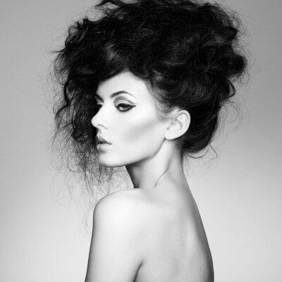 Фотообои Черно-белое фото красивая женщина с великолепным волосами
