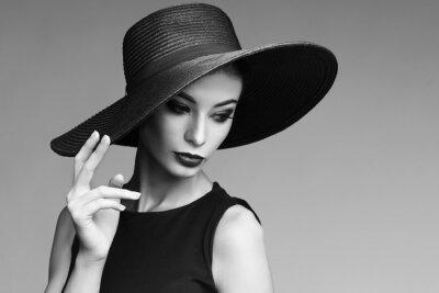 Фотообои Черно-белый портрет элегантной женщины