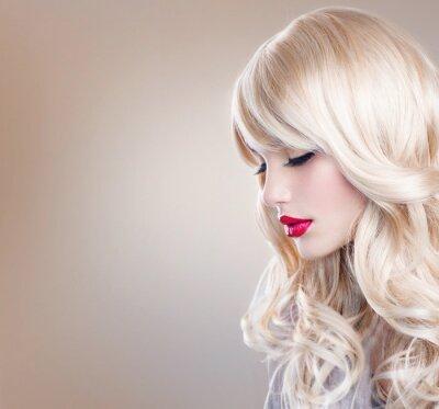 Фотообои Портрет светловолосая женщина. Красивая блондинка девушка с длинными волнистыми волосами