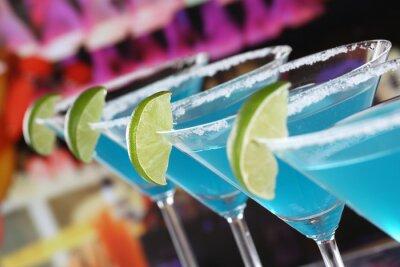 Фотообои Блю Кюрасао Коктейли в Martini Gläsern в Einer Bar