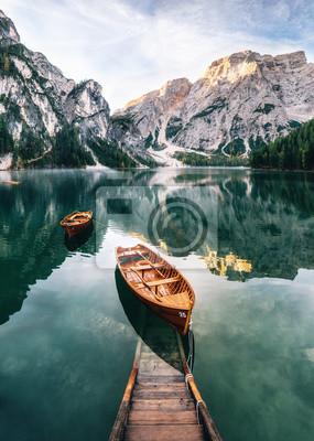 Фотообои Лодки и конструкция скольжения в озере Бэйли с хрустальной водой в фоновом режиме горы Сокофел в Доломитах утром, Италия Праггер Вильдзее
