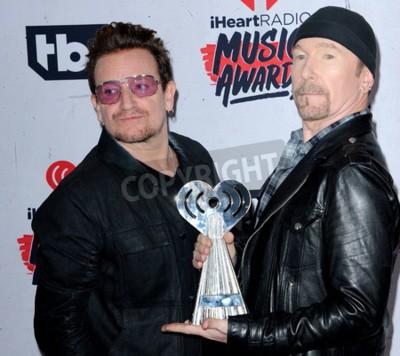 Фотообои Bono и The Edge U2 на церемонии вручения наград iHeartRadio Music Awards 2016 года на Форуме в Инглвуде, США, 3 апреля 2016 года.