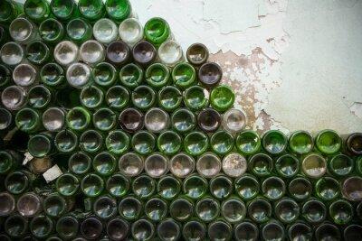 Фотообои Нижняя часть текстуры бутылки. Стекло, грязные пустые бутылки вина крупным планом, снизу фоне зеленой бутылки фон