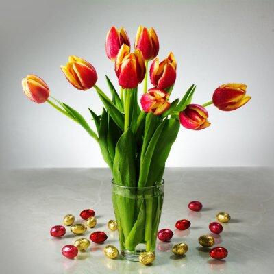 Фотообои букет из свежих тюльпанов и маленький красный желтый шоколада пасхальные например
