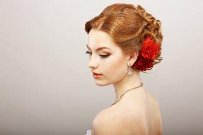 Фотообои Невеста. Золотой волос Женский с красным цветком. Платина Ожерелье