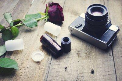 Фотообои камеры и розы на столе