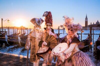 Фотообои Карнавальные маски против восхода солнца в Венеции, Италия
