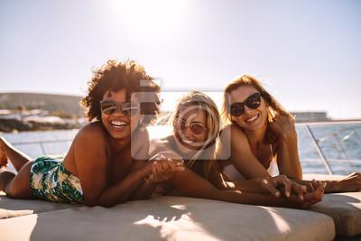 Фотообои Веселые женщины, загорающие на частной яхте