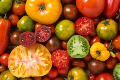 Фотообои Крупным планом красочные помидоры, некоторые нарезанный выстрел сверху