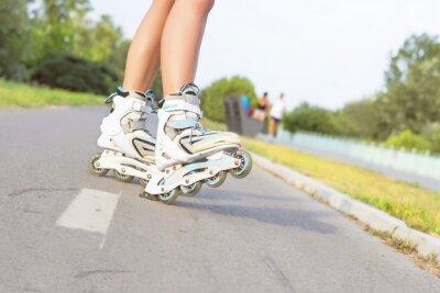 Фотообои Крупным планом девушки на роликовых коньках в парке. На улице, отдых, образ жизни, роликовых коньках.