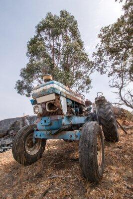 Фотообои Закрыть вид заброшенной трактора на сельскую местность.