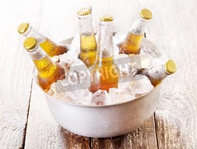 Фотообои холодные бутылки пива в ведро со льдом на деревянный стол